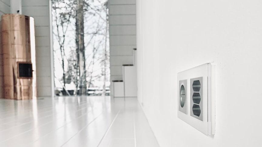 ELKO Plus alumiinin väriset sähkökalusteet valkoisissa lasikehyksissä