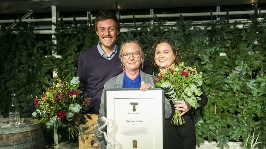 2018 års vinnare av Utstickarpriset, Tina-Marie Qwiberg. Flankeras här av jurymedlemmarna Raphael Fellmer och Susanne Jonsson.