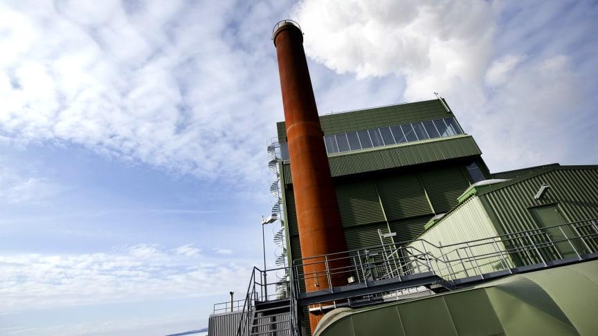 Koldioxid kommer att samlas in från kraftvärmeverkets skorsten i Lugnvik och blandas med vätgas för att framställa flygbränslet. Foto: Jämtkraft