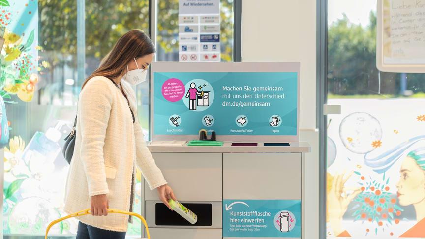 dm startet Pilotprojekt: Gemeinsam mit Kunden werden Kunststoffflaschen zur Herstellung neuer Verpackungen in den dm-Märkten gesammelt