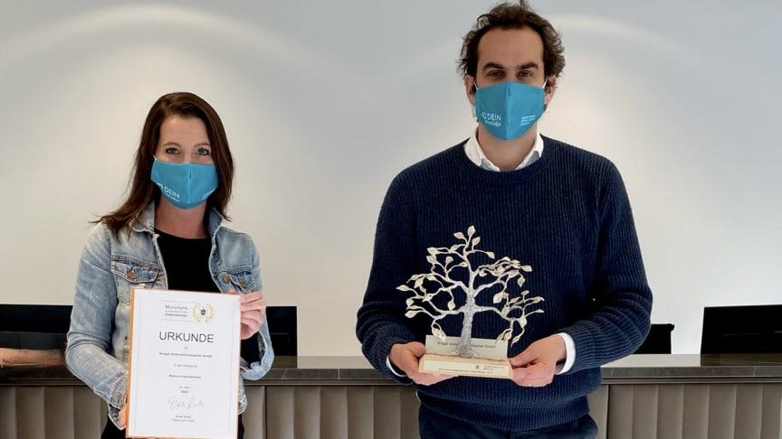 Mara Bertling, Gründerin und Geschäftsführerin DEIN MÜNCHEN, und Laurent Müller, General Counsel Bregal Unternehmerkapital, freuen sich über den Preis.