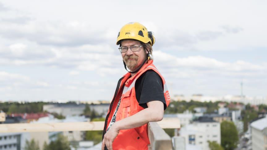 –  Kaikki voisivat paneutua jätteiden lajitteluun tarkemmin niin töissä kuin kotona. Yhteiskuntajätettä syntyy aivan liikaa nykytahtia, Cramon logistiikka-asentaja Ahti Karjalainen muistuttaa.