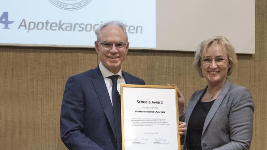2017 års pristagare, professor Charles L. Sawyers, tar emot sin utmärkelse av Helene Hellmark Knutsson, minister för högre utbildning och forskning. Foto: BOSSE JOHANSSON