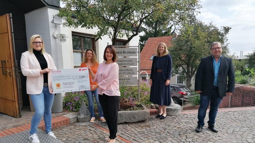 "5.000 Euro für ""Mandalini"" (v.l.n.r.): Cathrin Praße-Stern (Bayernwerk), Claudia Sebralla, Tanja Heining, Tanja Kagerer (Bayernwerk) und Martin Aust (Bayernwerk)."