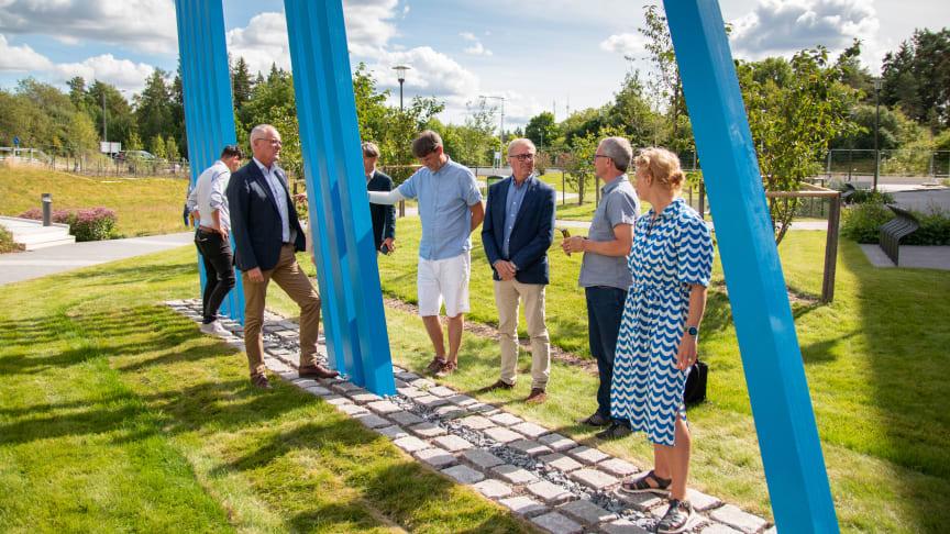 Olov Holst, kommunstyrelsen ordförande, Lars Björling, kultur- och fritidsnämndens ordförande och Mikael Falk, son till Lars-Eriks Falk m.fl var på plats när Modul skulptur invigdes.