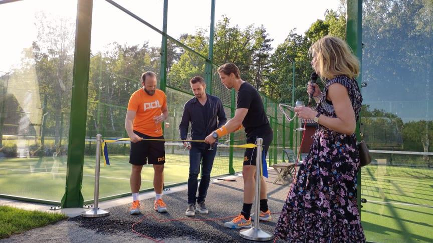 Henrik Söderberg, Måns Zelmerlöv och Jonas Andersson från PDL Group klipper invigningsbandet tillsammans med Madeleine Brehmer, ägare och vVD på Sabis