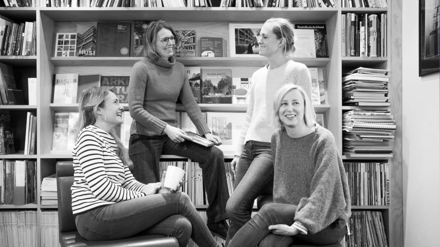 De tre undervisande arkitekterna med en av sina kollegor, fr. v. Kristina Bornholm, Eva Haraldsson, Rebecka Carlsson, ansvarig för handledning av examensarbeten och Johanna Lindroos.