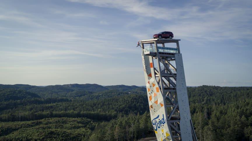 Ford Explorer på toppen af klatretårnet 'OVER'.