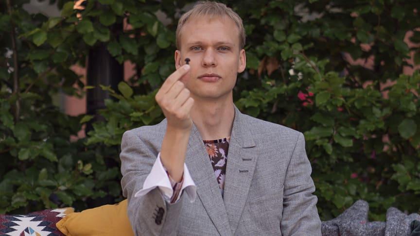 Jakob Sandman har utvecklat världens första öronpropp av återvunnen plast. Bild: Ines Alic/Malmö universitet