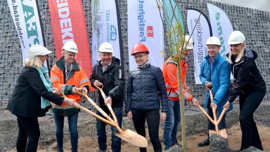 Första spadtaget - Sisjödal bostadsområde i Sisjön utvecklas av Derome, Egnahemsbolaget, Framtidens Byggutveckling, Familjebostäder, PEAB, Stena Fastigheter och Veidekke.