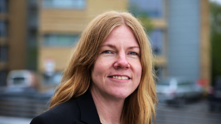 Gunn Kirsti Løkka inviterer studenter, barnehagebarn og naboer til påskeeggjakt på Kringsjå Studentby (Foto: Unni Irmelin Kvam / SiO)