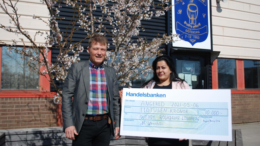 Wendy Rodriguez Lindberg, Angered Boxing Club, fick ta emot Städa Sveriges ledarstipendium av Mårten Heslyk, projektledare på Städa Sverige.
