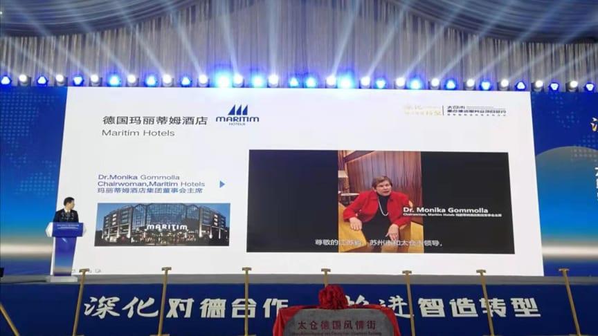 Begrüßung per Video: Dr. Monika Gommolla, Aufsichtsratsvorsitzende Martim Hotelgesellschaft, informiert die hochrangigen Gäste beim Festakt in China über die deutsche Hotelkette.