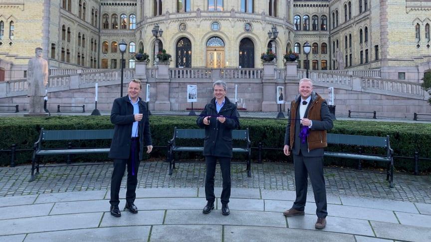 Statssekretær i Kommunal-  og moderniseringsdepartementet, Paul Chaffey, åpner 5G-nettet i Oslo sammen med direktør for Telia Bedrift, Jon Christian Hillestad (t.v.) og teknologidirektør i Qvisten Animation, Andreas Martin Aanerud (t.h.). Foto: Telia