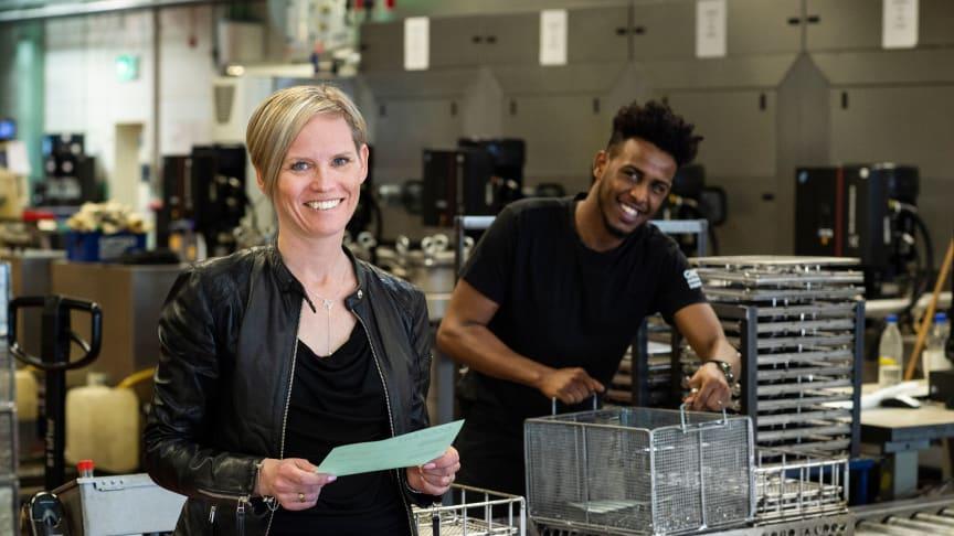 -För oss är det viktigt att anställa människor med rätt kompetens och en vilja att utvecklas, säger Linda Fransson, vd Gnosjö Automatsvarvning. Här tillsammans med Siciid Jama som har jobbat som tvättoperatör på företaget sedan 2017.