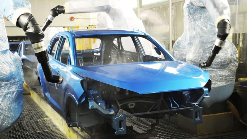Syv liter maling over syv timer er nødvendig for å lakkere en moderne personbil i dag. Bildet er fra Hyundais produksjonsanlegg i Tsjekkia.