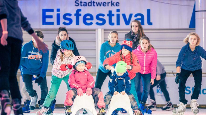 An der Kaikante am Kieler Ostseekai können Schlittschuhfans ab dem 18. November täglich Eislaufen unter freiem Himmel.