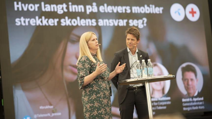 – Det er en utfordring at norske lærere mener de ikke har verktøyene som trengs for å forebygge et så alvorlig problem som nettmobbing, sier Bernt G. Apeland i Røde Kors. Her sammen med  Ragnhild Mathisen i Telenor  Foto: Martin Fjellanger