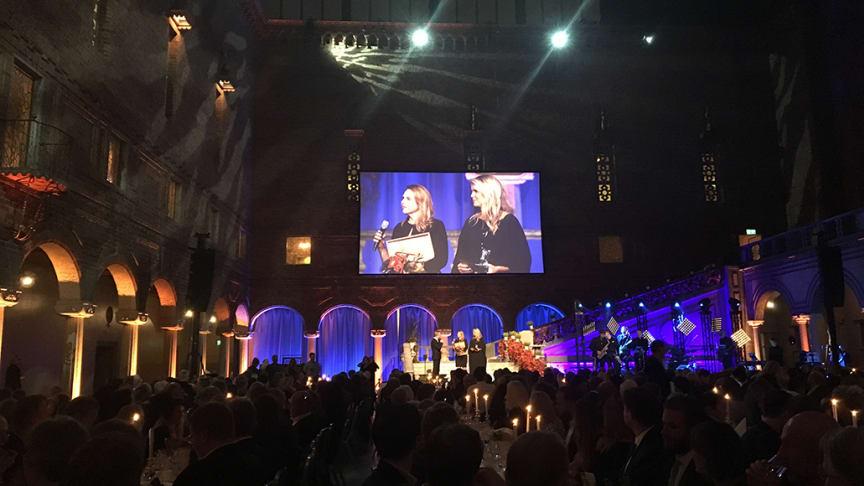 Findus VD Katarina Tell delar ut priset  till Årets djupfrystavdelning