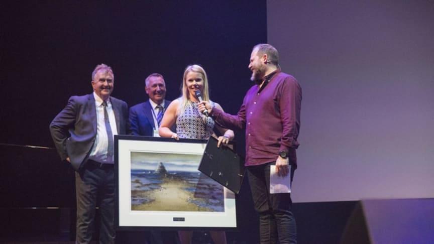 VGs Marie Moen Kingsrød med Kjell Einar Hamnes og Øyvind Thorsen fra EcoOnline, og komiker og konferaniser Truls Svendsen.