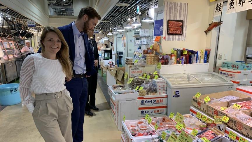 Japanerne har 400 ulike sjømatarter å velge mellom på markedet. Derfor er det viktig å fremheve den norske laksen for laksekampanjens prosjektleder Mia Sætre Bernhardesen og fiskeriutsending Gunvar L. Wie.