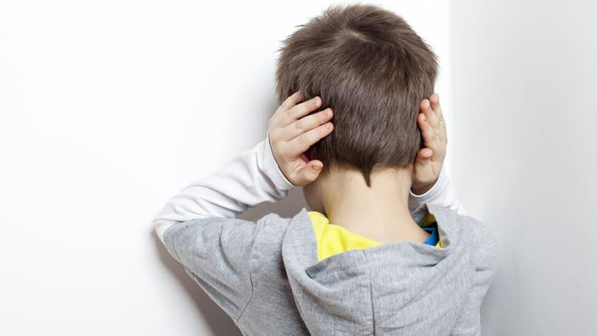Buller påverkar inlärning, sömn, stress och mycket annat - men vi kan påverka ljudbilden på flera sätt. Bullerskydd, ny byggteknik, trafikanpassningar och brusreducering kan hjälpa oss att må bättre. Foto: iStock.com/greg801