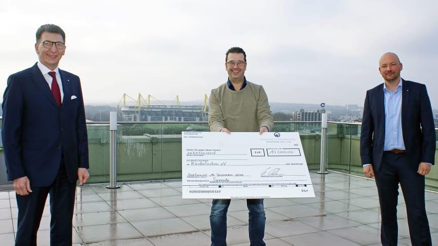 Über eine 10.000-Euro-Spende der SIGNAL IDUNA konnte sich Kinderlachen e.V. freuen (v.l.): Ulrich Leitermann, SIGNAL IDUNA, Marc Peine, Kinderlachen e.V., Marcel Fiege, SIGNAL IDUNA