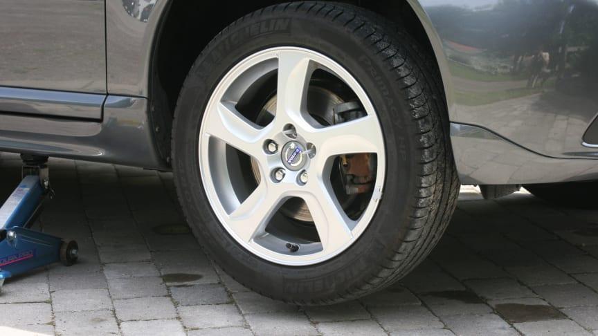 Metallstöttorna håller hjulet på plats medan du medan du skruvar i bultarna.