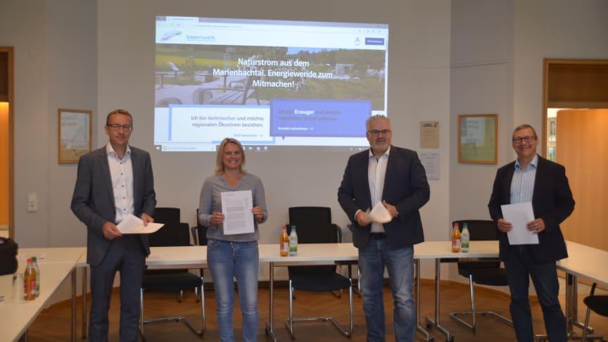 Der Strommarkt kann jetzt starten: (v.l.n.r.) Thomas Oppelt (Geschäftsführer der Bayernwerk Regio Energie), Silke Kimmel (Mitarbeiterin des Bürgerbüros Dittelbrunn), Bürgermeister Willi Warmuth, Frank Schneider (Bayernwerk-Kommunalbetreuer)