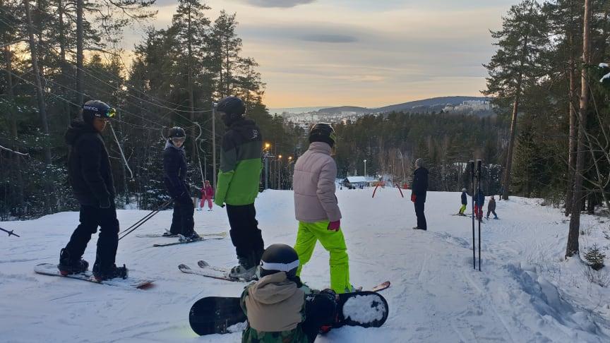 SKIUTSTYR: Barn, unge og voksne har siden januar kunnet låne skiutstyr til bruk i Liabakken - gratis. Det ble en stor suksess.