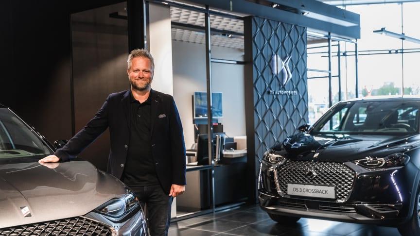Nye og moderne lokaler: Jørn Østensen fra M Nordvik ønsker velkommen til Bodøs nye bilforretning. Foto: Drone Nord AS. Høyoppløselig bilde i bunnen av artikkelen.