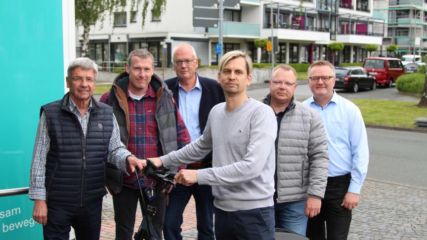 Freuen sich über die klappbaren E-Bikes: Hermann Lauhof (Soldatenkameradschaft Kleinenberg), Torsten Düchting (SV Brenken), Hermann Striewe (Heimat- und Vereinsgemeinschaft Schwaney), Guido Vogel (TuS Henglarn), Ralf Niermann (TuS Bellersen), Markus