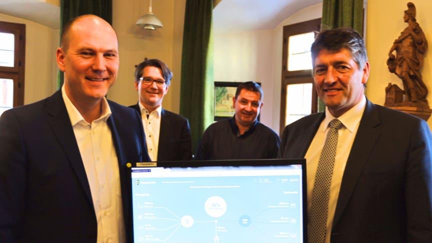 """Freuen sich über den Start des """"EnergieMonitors"""" in Grafenwöhr: Bürgermeister Edgar Knobloch (r.), Michael Wittmann (l.) und Markus Windisch (2. v. l.) vom Bayernwerk sowie Stadtbaumeister Hans Rettinger (2. v. r.)."""