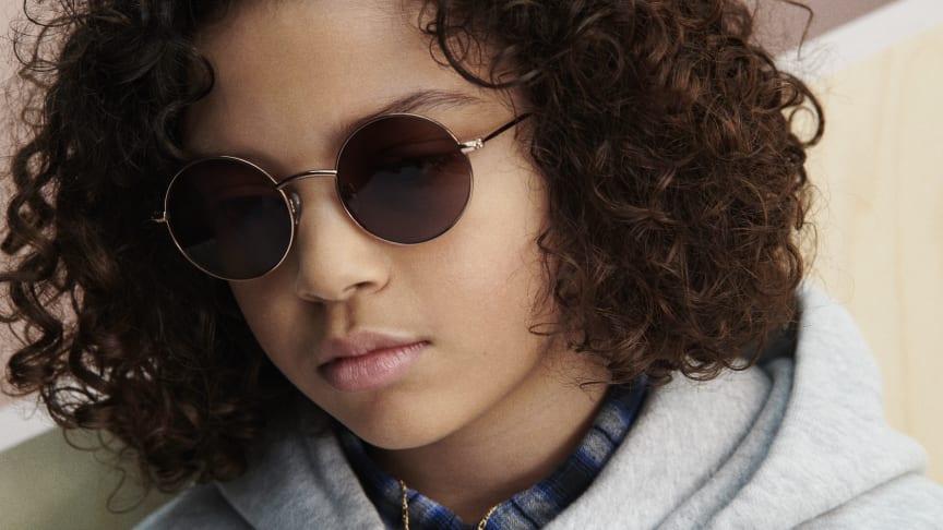 Solbriller er meget mere end en smart accessory. Brug af solbriller handler nemlig allermest om at beskytte øjnene mod solens skadelige stråler. Det er særlig vigtigt at beskytte børn øjne mod solens stråler.