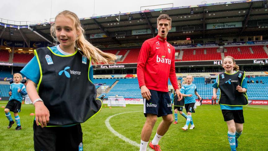 Som en del av Telenor Xtra, får enkelte spillere mulighet til å treffe det norske landslaget. Her er det Markus Henriksen som er omgitt av unge håpefulle. Foto: Bildbyrån