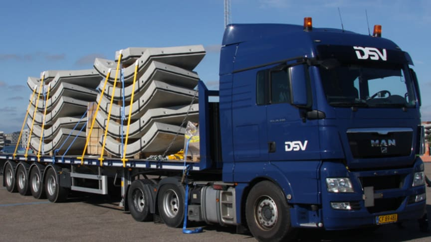 Concrete elements for two tunnel rings loaded on one four axle flatbed trailer