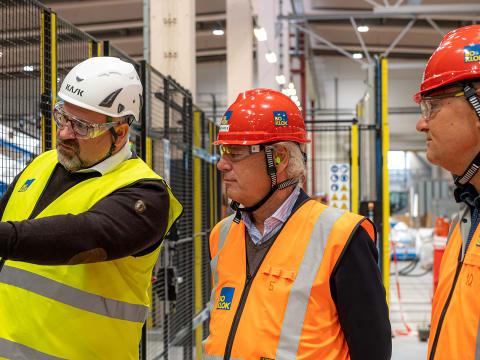 Skanskas styrelseordförande på besök i BoKloks fabrik i Gullringen