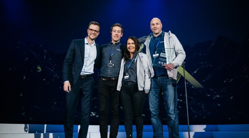 Geir Pedersen, Cecilie Martinussen och Peter Johansson från Löfbergs tar emot Nordic Choice Hotels Sustianability Award.