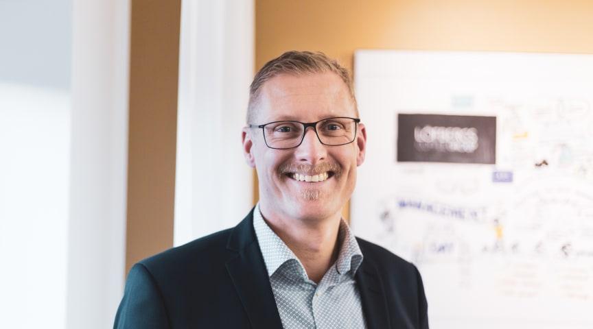 Lars Appelqvist är vd på Löfbergs. I år har han tagit emot ett nyinstiftat jämställdhetspris och utsetts till Årets Superkommunikatör inom näringslivet.
