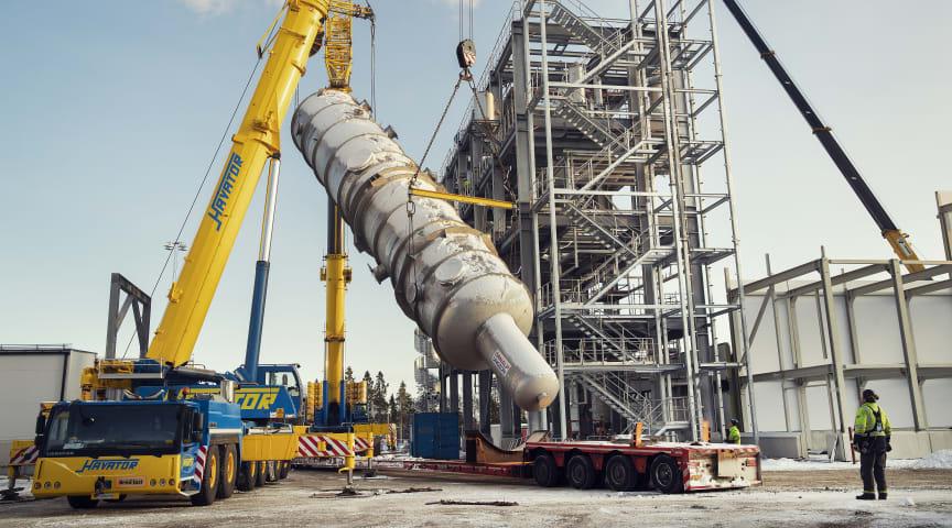 Stora kolonnen lyfts på plats i SunPines nya andra fabrik