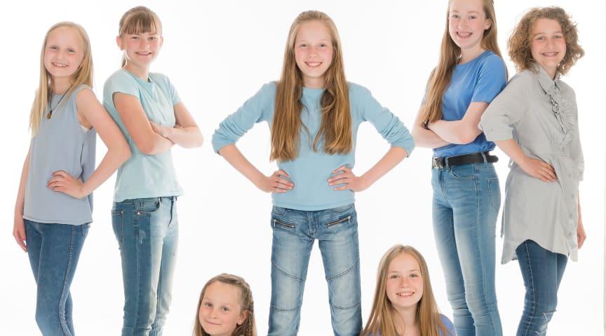 Frå venstre: Ane Fitje Woxen, Åsa Liv Røgeberg, Solvei Kayser Husbyn, Sol Alme Brenfur (Annie),  Maja Kvalsvik Haugen, Tuva Nyhammer-Taklo og Elsa Bredesen. Foto: Fotografen Eide