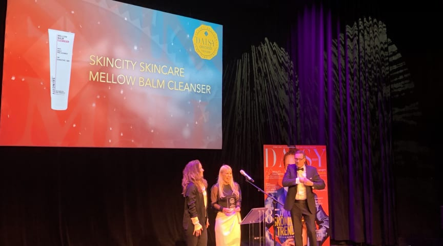 """Sofia Mellström och Madeleine Altrichter tar emot priset för """"Årets rengöring"""" i Daisy Beauty Awards 2020"""