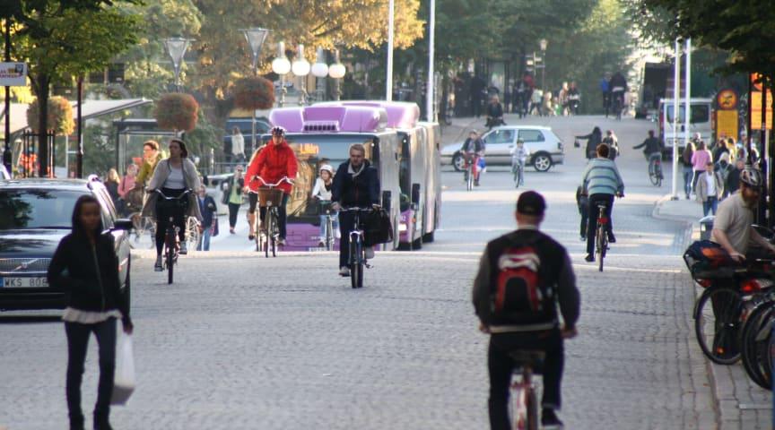 Örebro var med i det stora forskningsprojektet som visar att människor är mer benägna att gå till fots om de bor, arbetar eller studerar i tättbebyggda områden med god tillgång till kollektivtrafik och service.