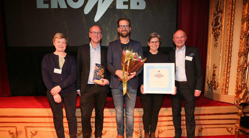Löfbergs Kent Pettersson, Anders Thorén och Karin Lidberg tog emot priset av Åsa Domeij och Ulf Renée från Axfood.