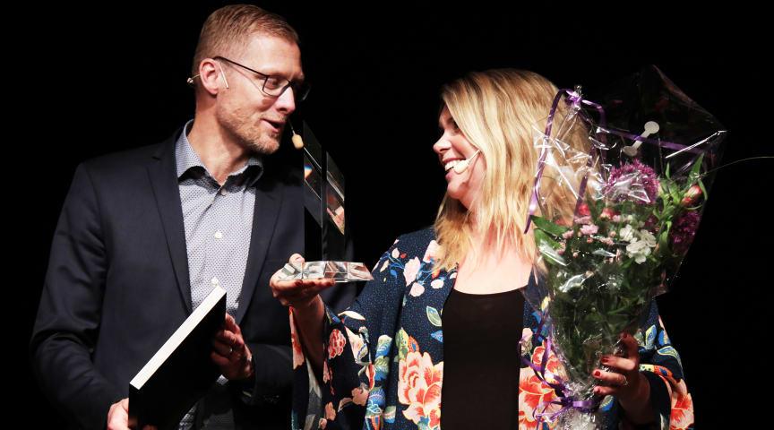 Löfbergs vd Lars Appelqvist och kommunikationsdirektör Sofia Svahn gladdes åt priset. Foto: Kristoffer Andrén/Region Värmland