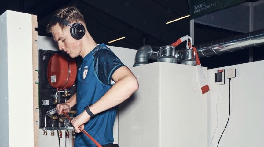 Lucas Barkow, Jagtvejens VVS i København, i fuld gang med én af disciplinerne til DM i Skills 2020.