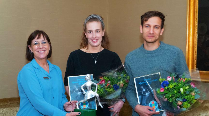 Sjukhusläkarnas ordförande Karin Båtelson delar ut Friska Sjukvårdspriset 2020 till Stockholms sjukvårdsupprop, representerade av ST-läkarna Laura Björnström och Akil Awad. Foto: Jannis Politidis