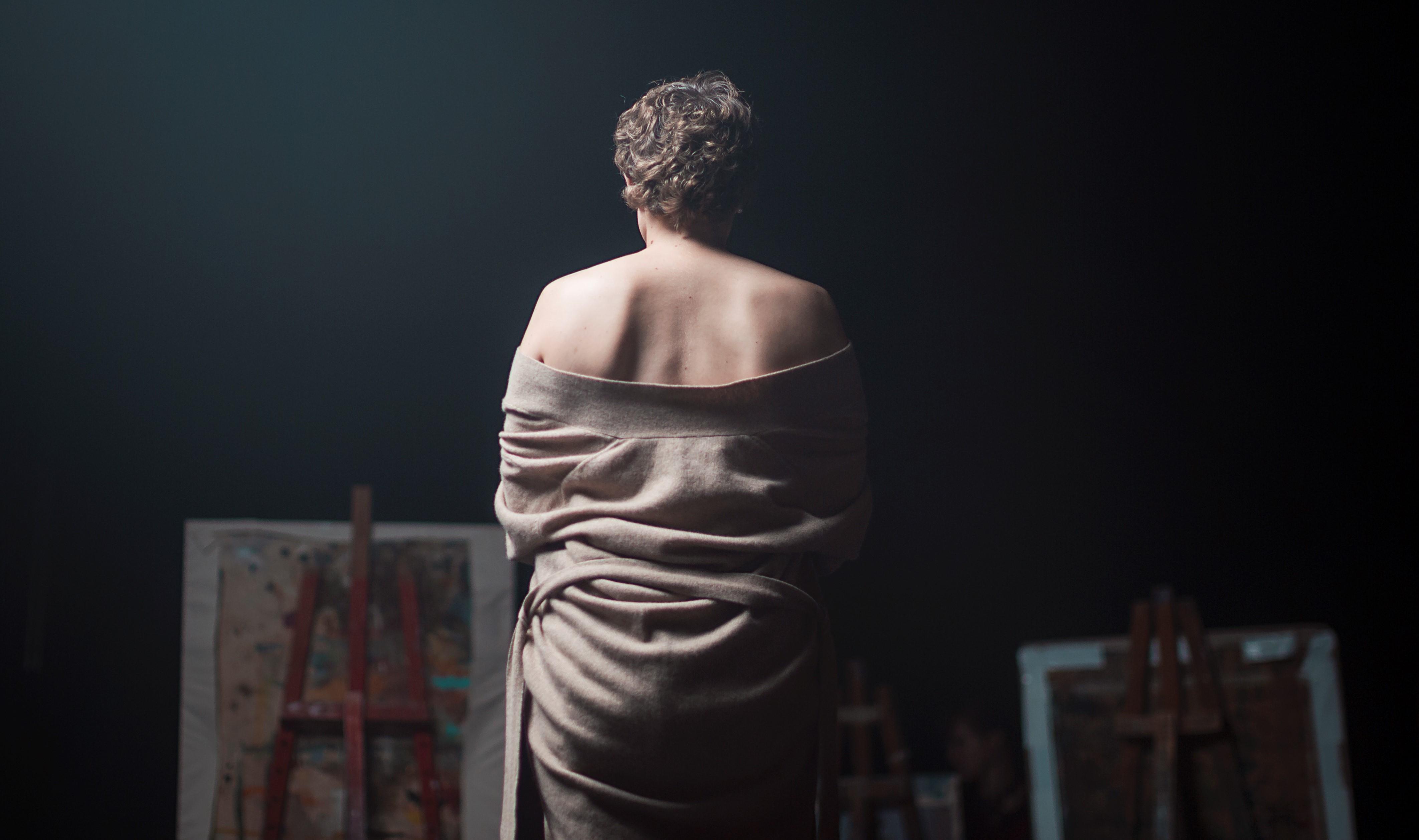 Mitä rintasyöpäleikkaus tekee minäkuvalle? Ihana Nainen -näyttelyn teokset tutkivat ihmisen kokonaisvaltaista kauneutta