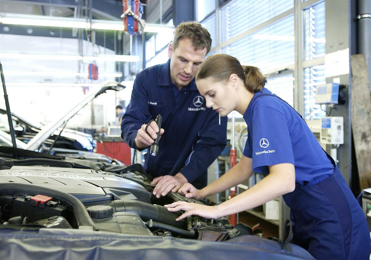 Tio unga fordonstekniker får Mercedes-Benz nya svenska stipendium