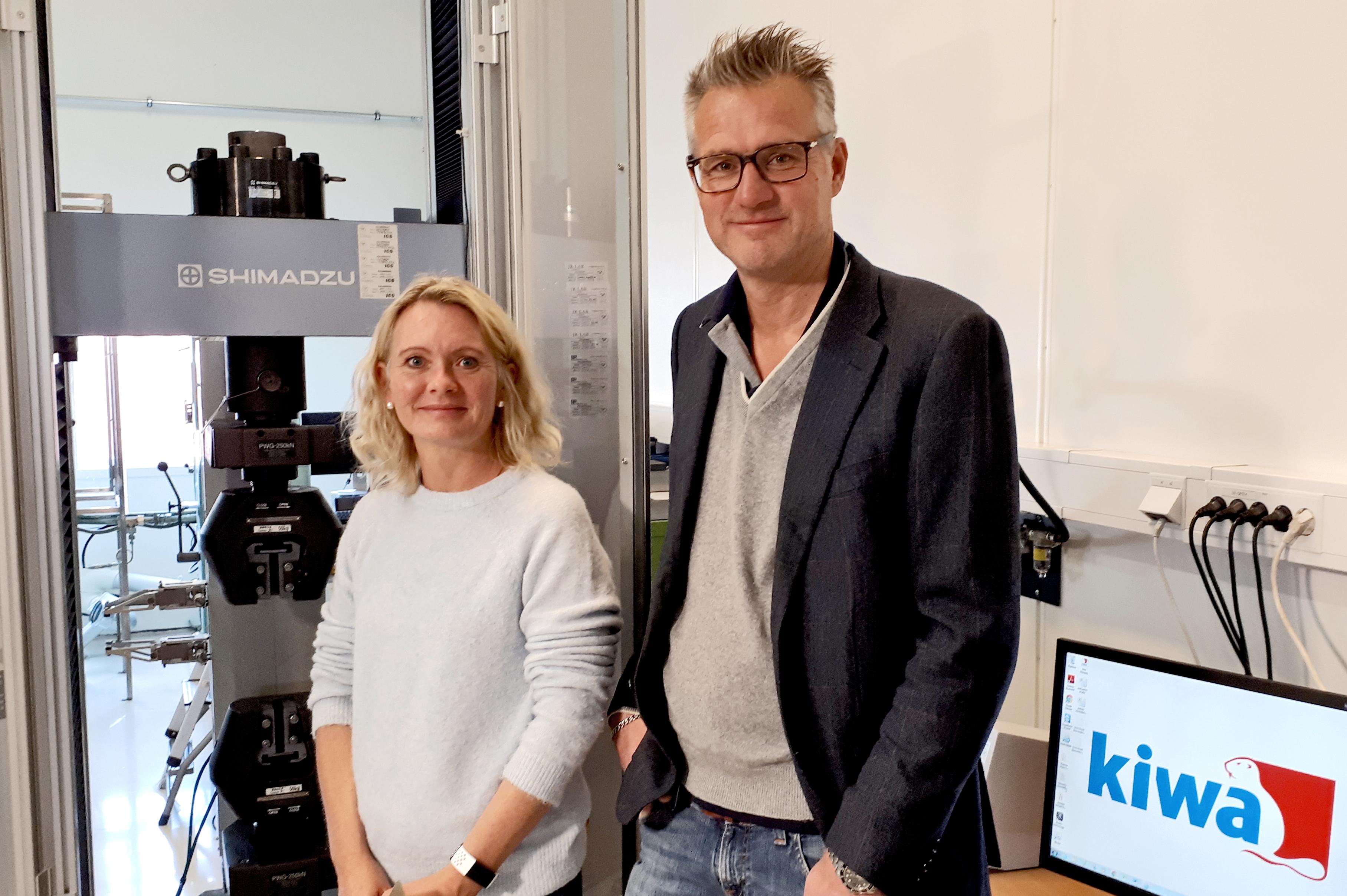 Elin Langaker ved Kiwas materiallaboratorium og Alfred Andersen i ingeniørselskapet FiReCo er fornøyd med samarbeidet om testing av komposittmaterialer.